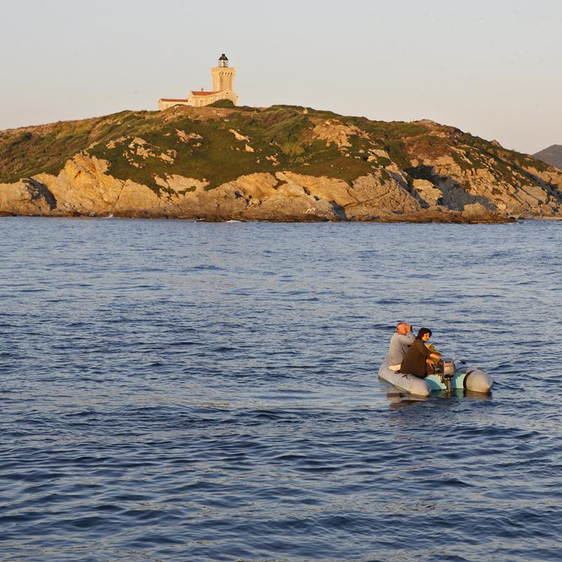Les gestionnaires de l'île du Grand Rouveau se rendent sur l'île au crépuscule.